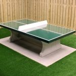 Table de ping pong verte dans la gamme mobilier urbain de Play Outdoor